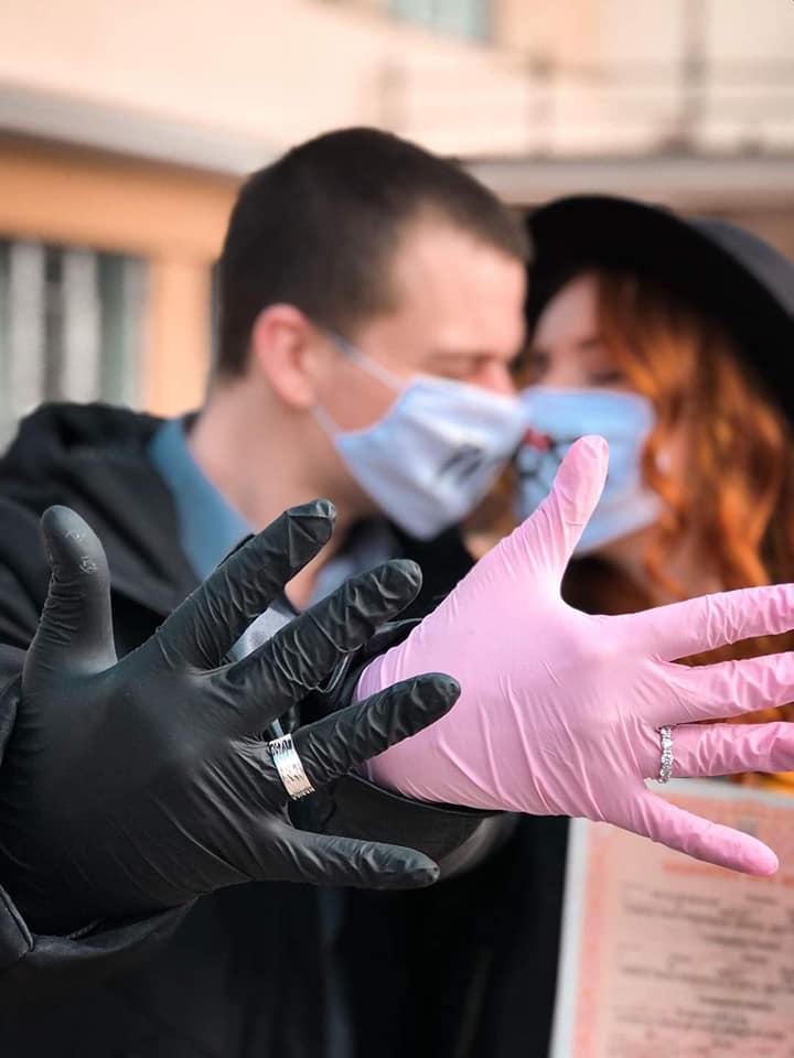 """У масках та рукавичках: у Франківську зареєстрували перший """"карантинний"""" шлюб (ФОТО)"""