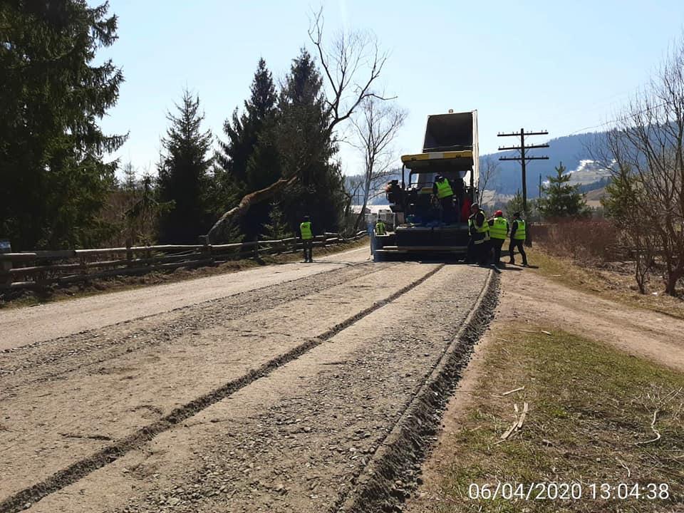 На Прикарпатті відновили ремонт дороги, яка з'єднує три області (ФОТО)