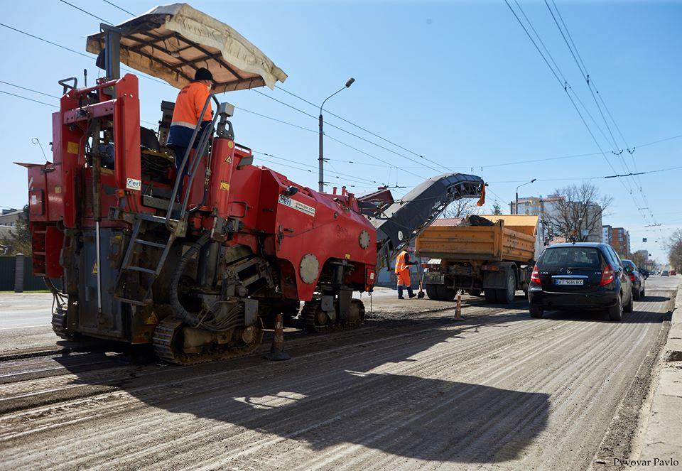 На Незалежності взялися вибірково ремонтувати дорогу (ФОТО)
