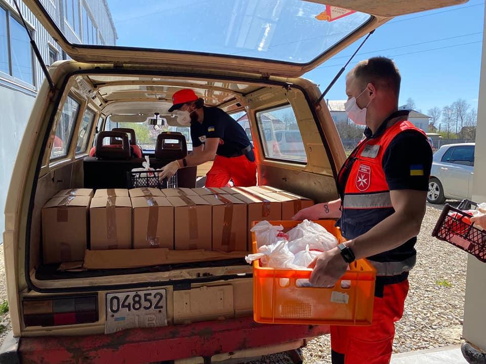 260 продуктових наборів роздали волонтери потребуючим прикарпатцям (ФОТО)