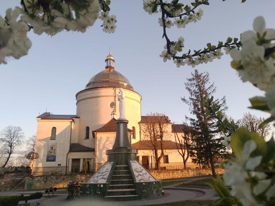 Світлини заквітчаного Гошівського монастиря показали у мережі (ФОТО)