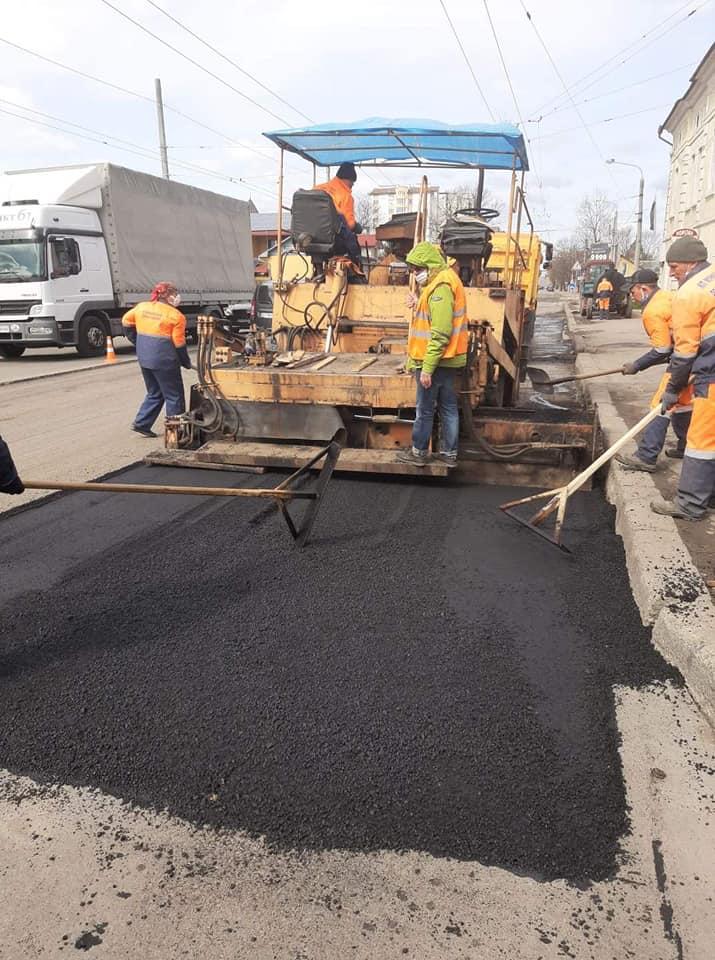 На Незалежності триває ремонт дороги – вкладають новий асфальт (ФОТО)