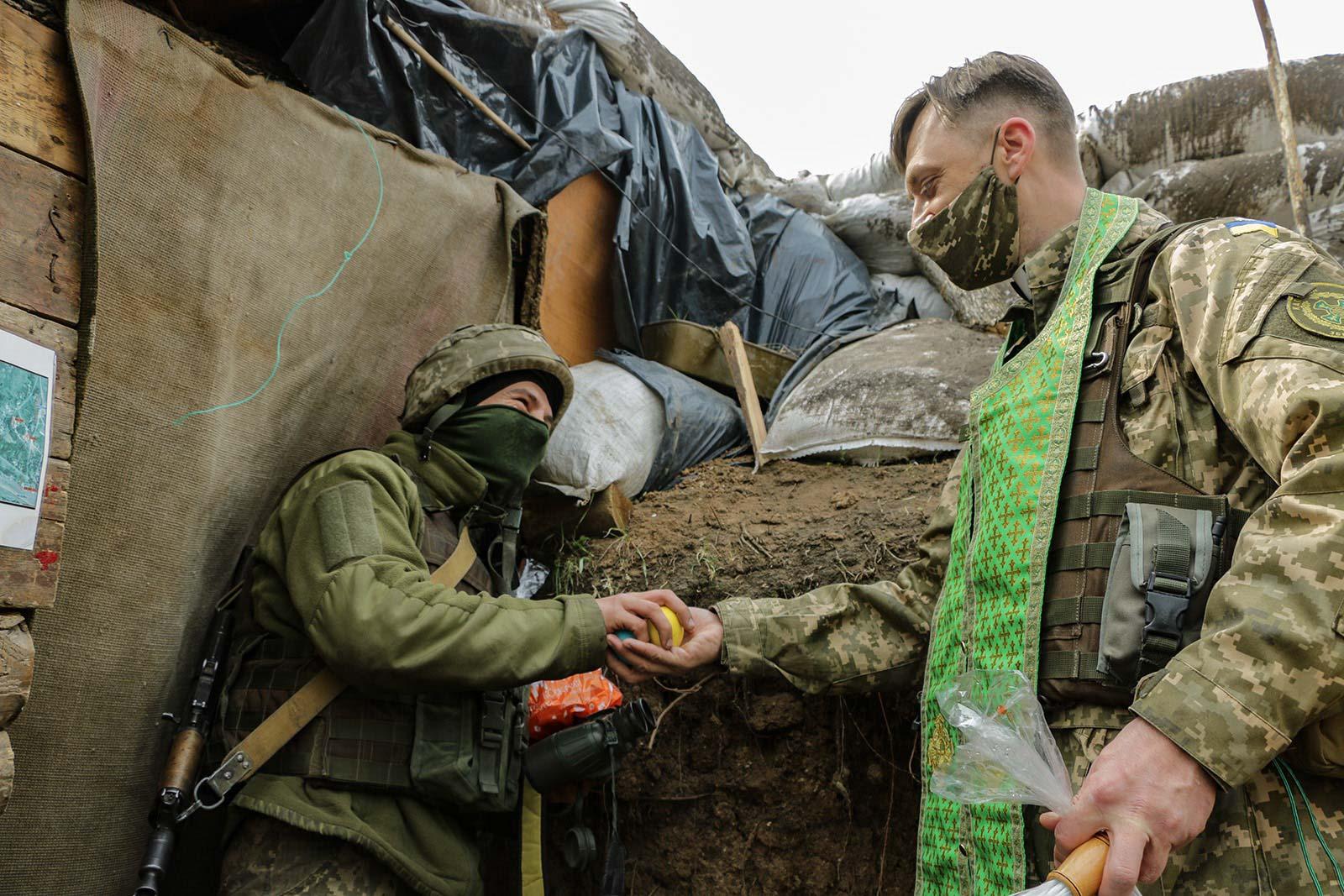 В окопах на передовій: як українські захисники на сході країни Великдень відзначають (ФОТО)