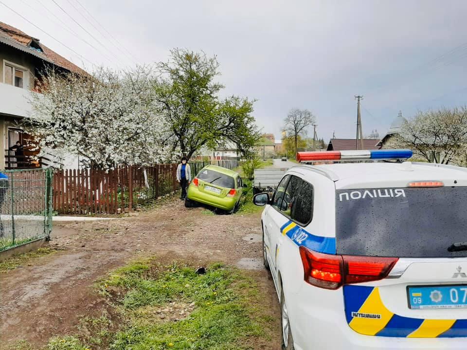 У Підпечерах п'янючий водій збив трьох дітей і втік з місця пригоди (ФОТО)