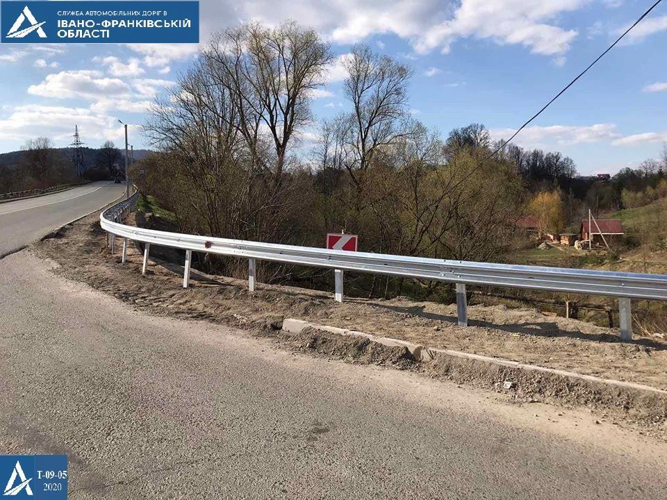 На дорогах області встановлюють нові знаки та відновлюють бар'єрне огородження (ФОТО)