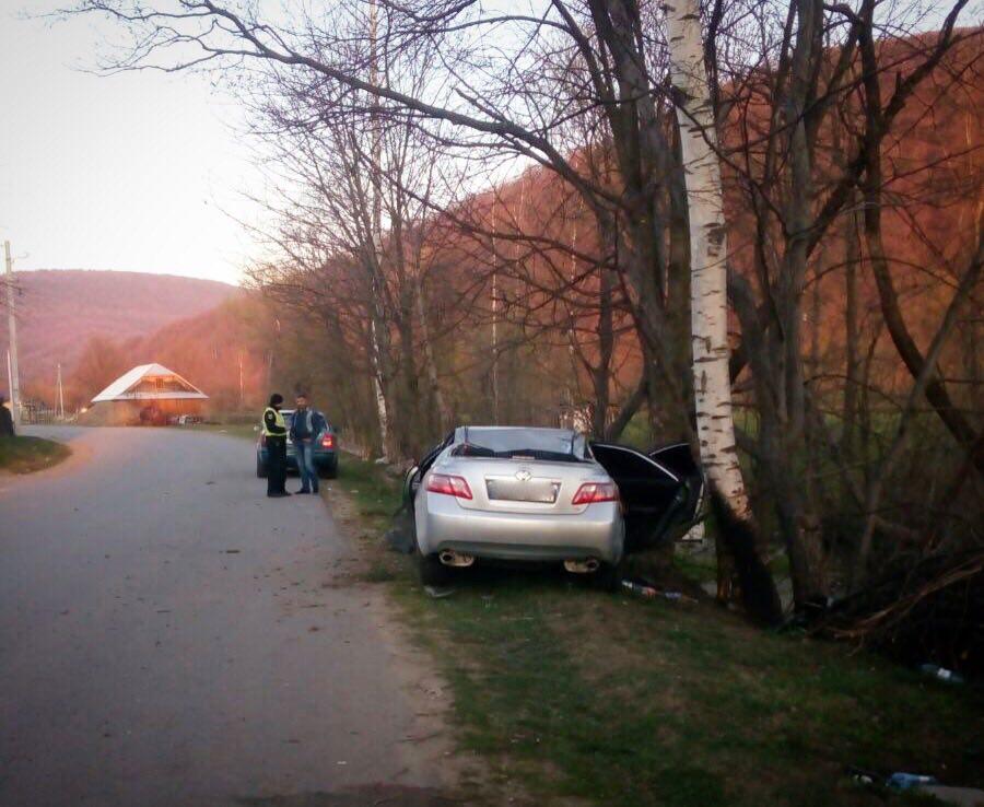 Удосвіта на Рожнятівщині Toyota потрапила в ДТП: загинула 19-річна дівчина (ФОТО)