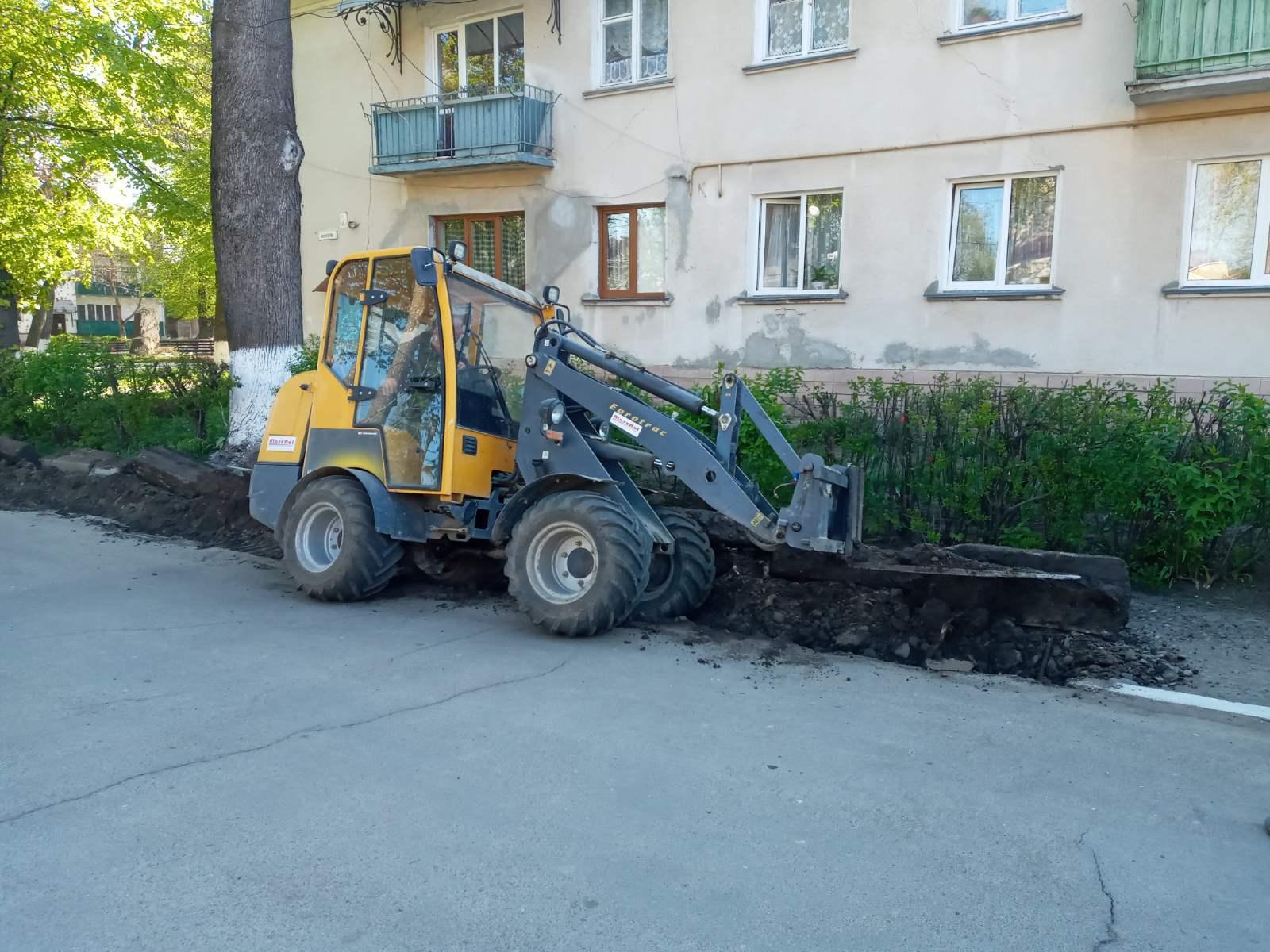 У Снятині взялися капітально ремонтувати тротуар на вулиці Стуса (ФОТО)