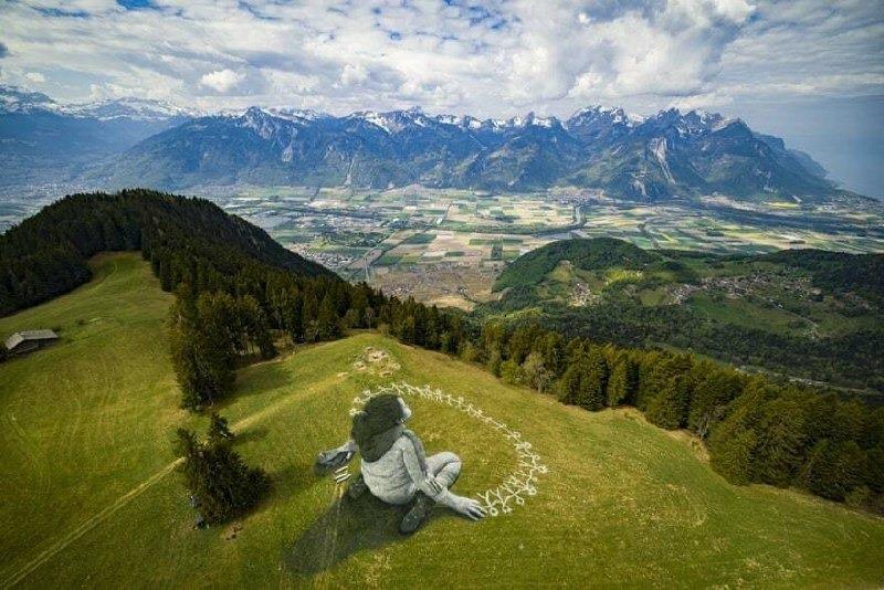 Художник створив на траві в Альпах гігантську картину площею 3 тисячі квадратних метрів