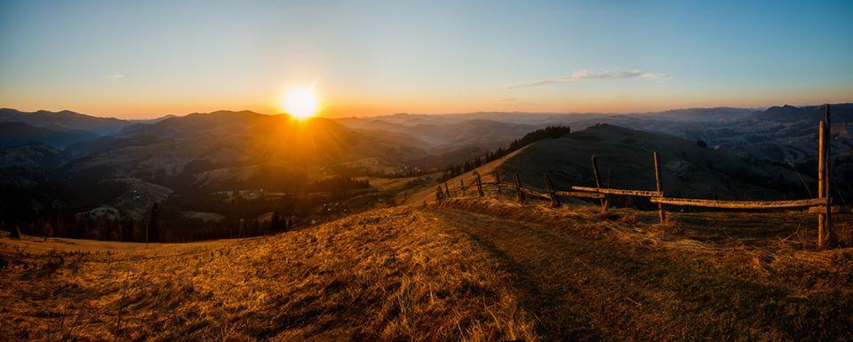 Фотограф показав схід сонця над Карпатами (ФОТО)