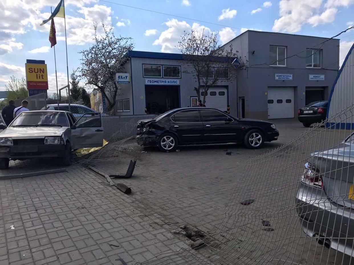 На Надрічній двоє водіїв не поділили дорогу: постраждали припарковані автівки (ФОТО)
