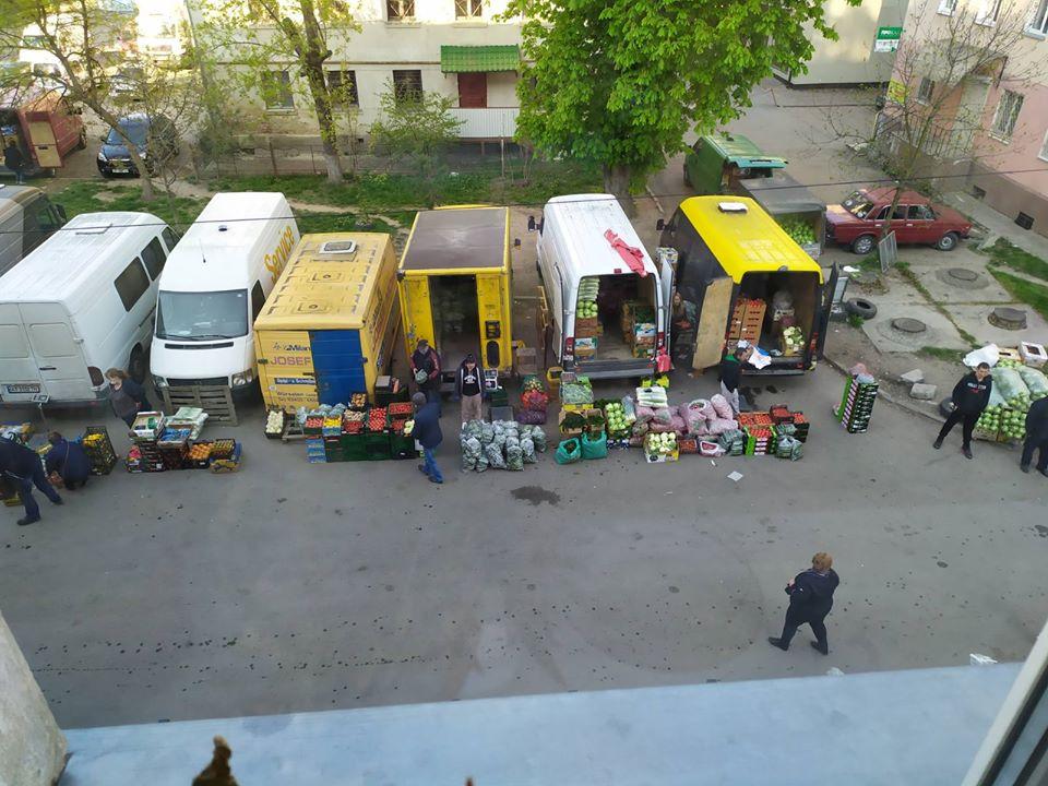 Попри заборони у дворах Франківська працюють стихійні ринки (ФОТОФАКТ)