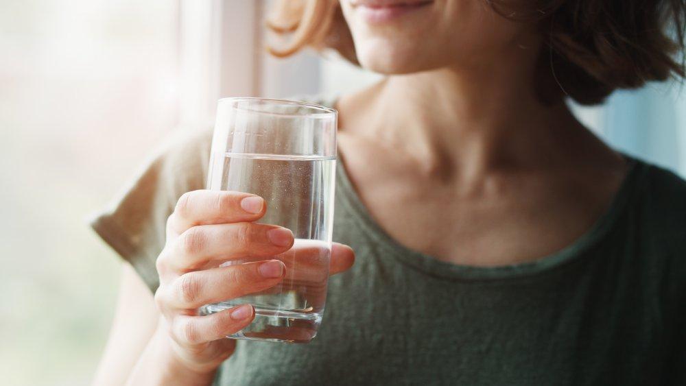 Галка рекомендує: чи можна пити під час і після їжі