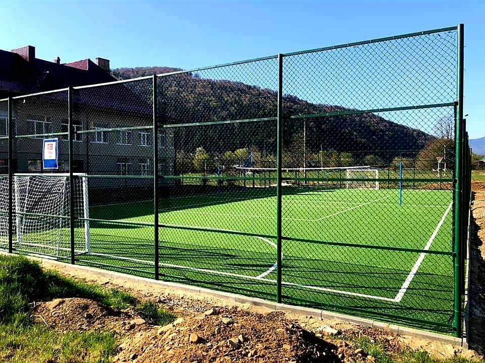 Футбол, баскетбол, волейбол, теніс: сучасний спортмайданчик добудували в Делятині (ФОТО)