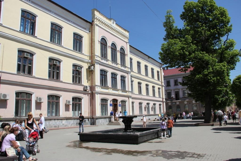Департамент комунгоспу відшукав 142 тисячі на ремонт лавок біля стоматполіклініки