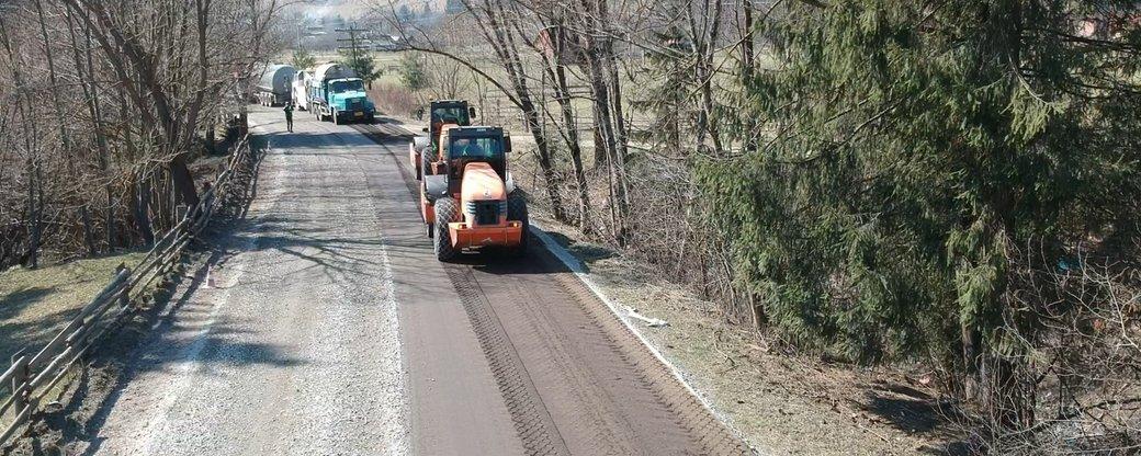 Карантин не перешкода: як на Прикарпатті триває ремонт доріг (ВІДЕО)