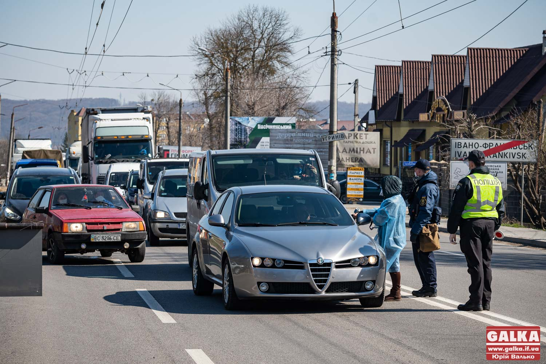 На в'їздах в місто з'явилася Нацгвардія, а водіям і пасажирам машин почали міряти температуру (ФОТО)