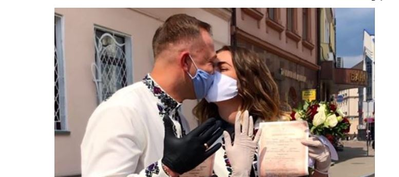 Кохання немає перешкод: у Франківську чергове карантинне одруження (ФОТО)