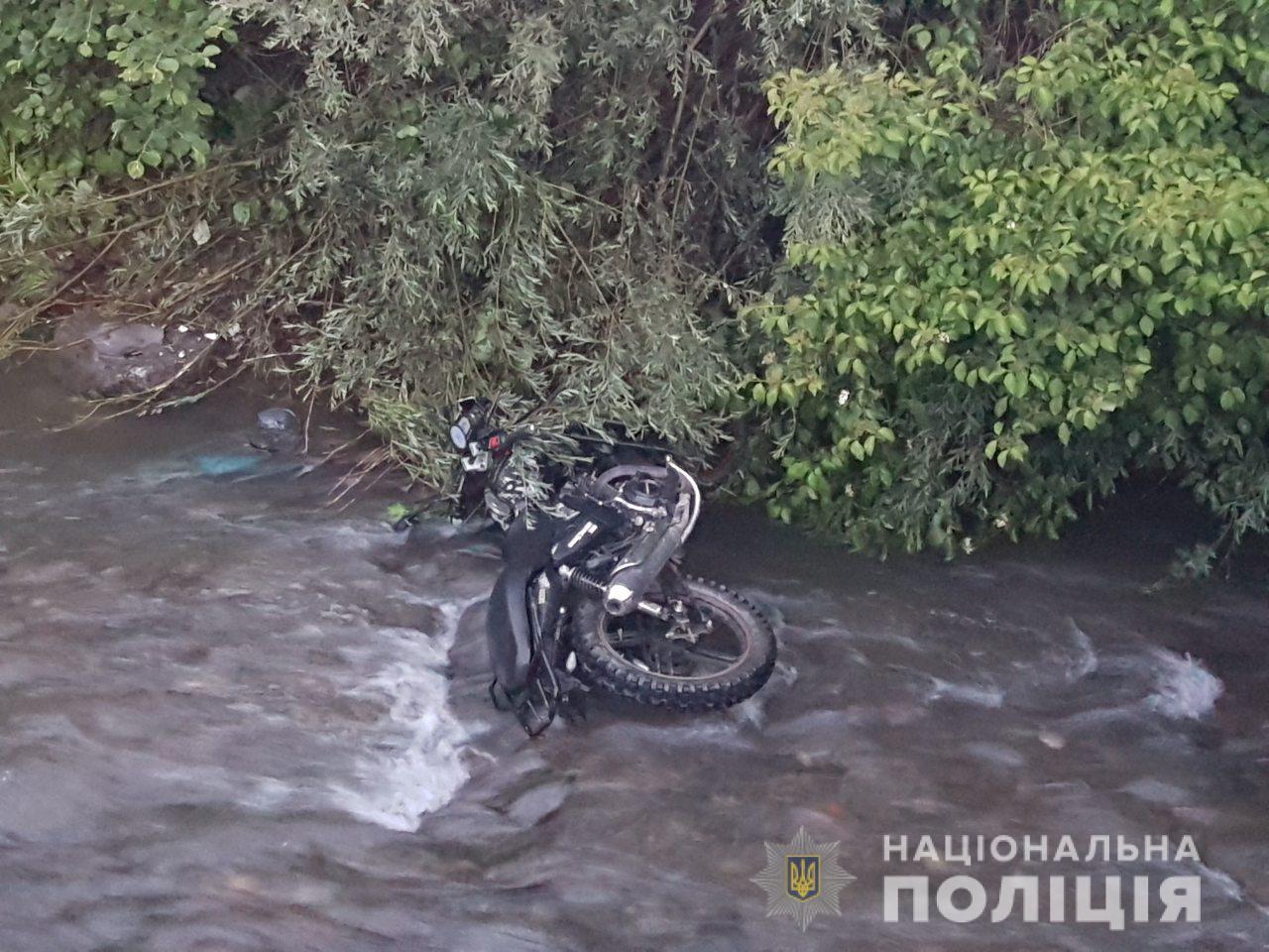 На Прикарпатті екстремальні розваги для п'яного мотоцикліста закінчилися лікарнею