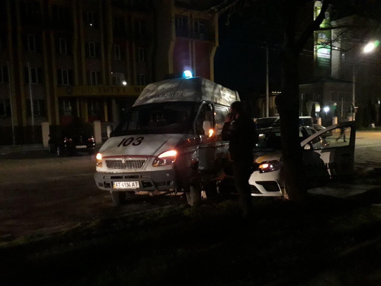 """На Сахарова """"швидка"""" та поліція охорони не поділили дорогу (ФОТО, ВІДЕО)"""