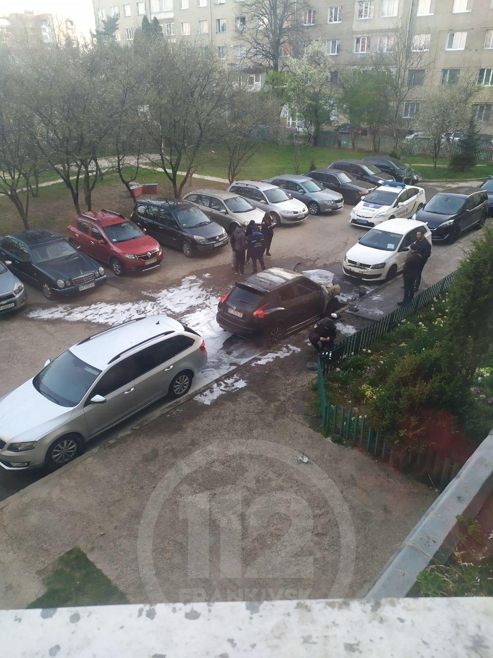 У Франківську вночі горіли дві машини: по одному факту поліція перевіряє умисний підпал (ФОТОФАКТ, ВІДЕО)