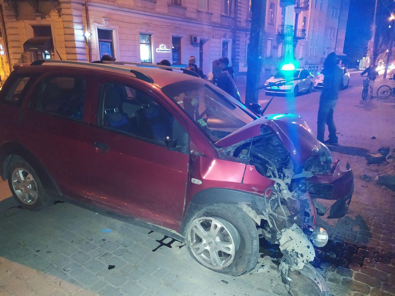У центрі Івано-Франківська п'яна водійка врізалася в паркан (ФОТО)