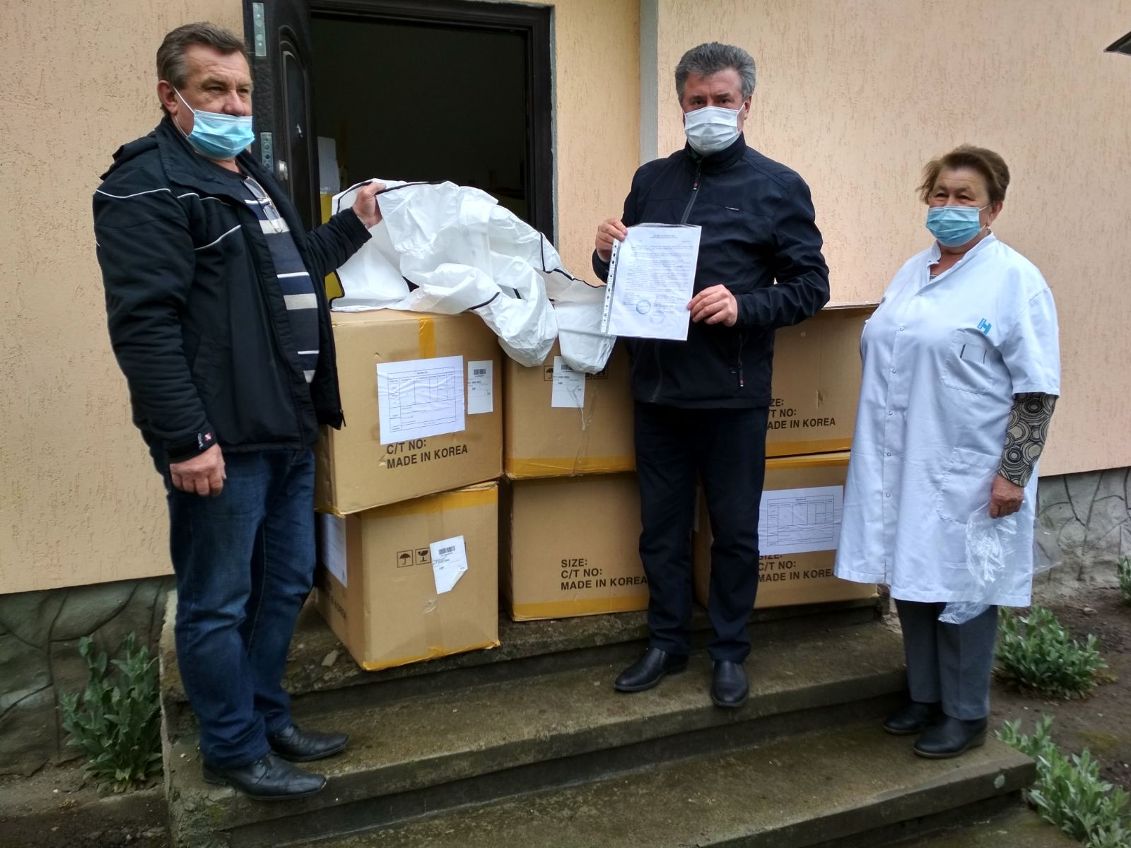 Лікарі Косівської ЦРЛ отримали костюми біологічного захисту (ФОТО)