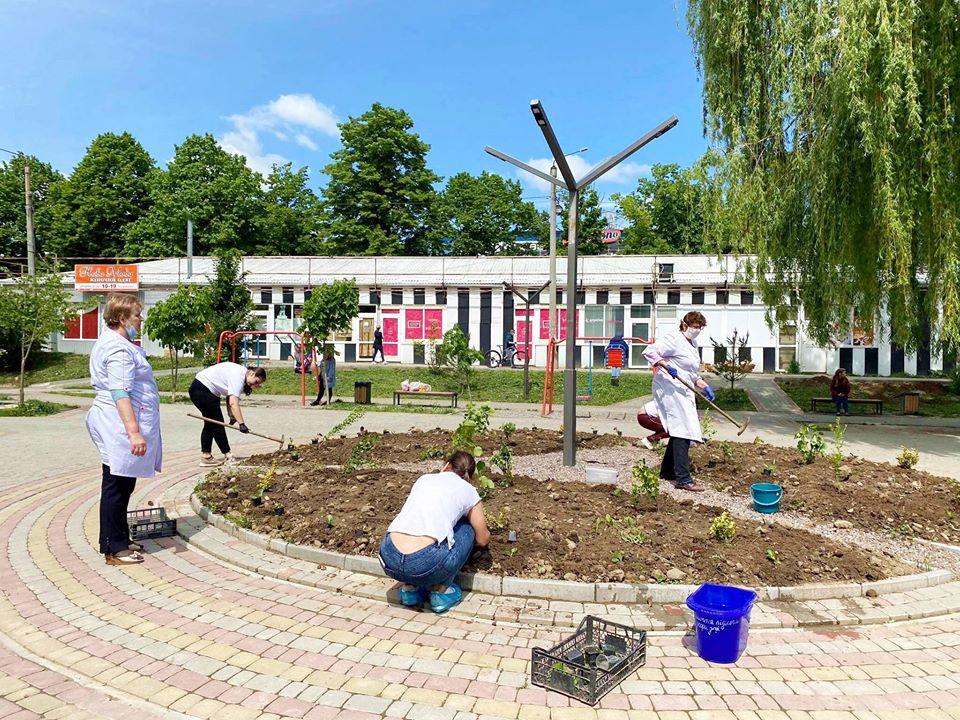 Небайдужі висадили квіти поблизу медзакладу на БАМі (ФОТО)
