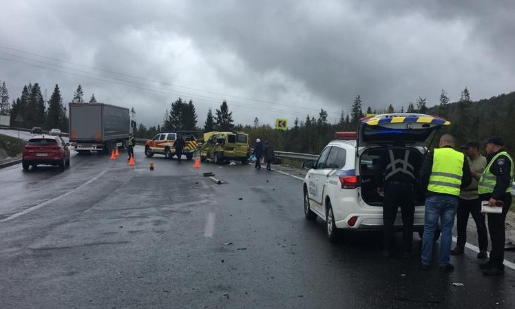 На Львівщині зіткнулися вантажівка та мікроавтобус: 4 загиблих (ФОТО)