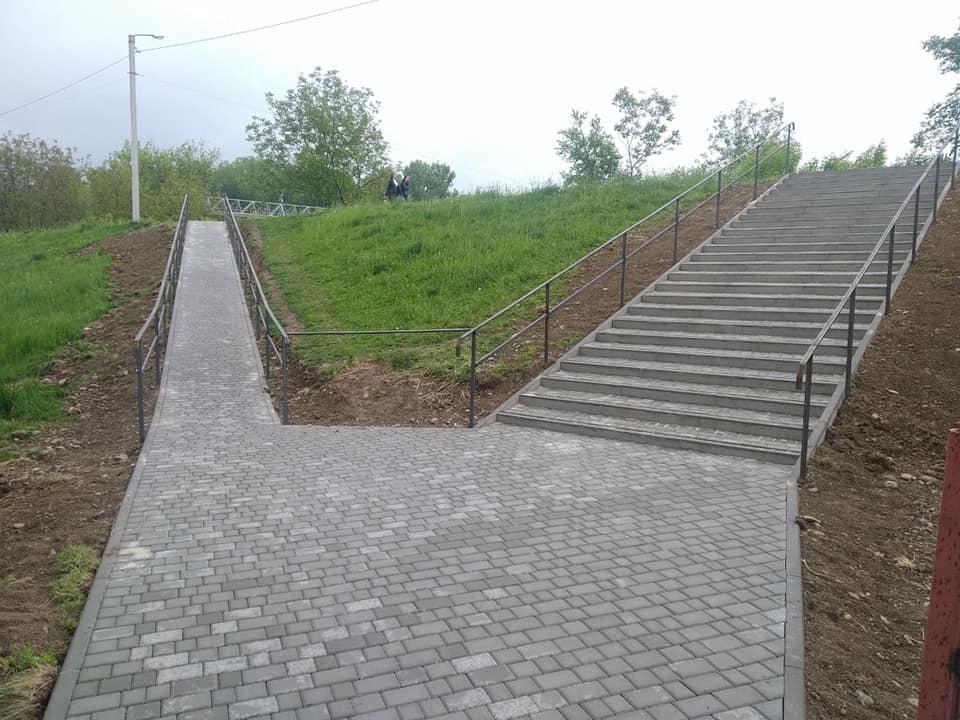 ОСББ спільно з міським бюджетом профінансувало сходи та пандус на дамбу Бистриці (ФОТО)