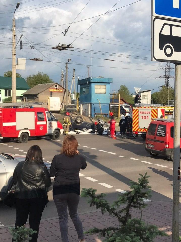 На Хоткевича масштабна ДТП – автомобіль опинився на даху (ФОТО, ВІДЕО, ОНОВЛЕНО)