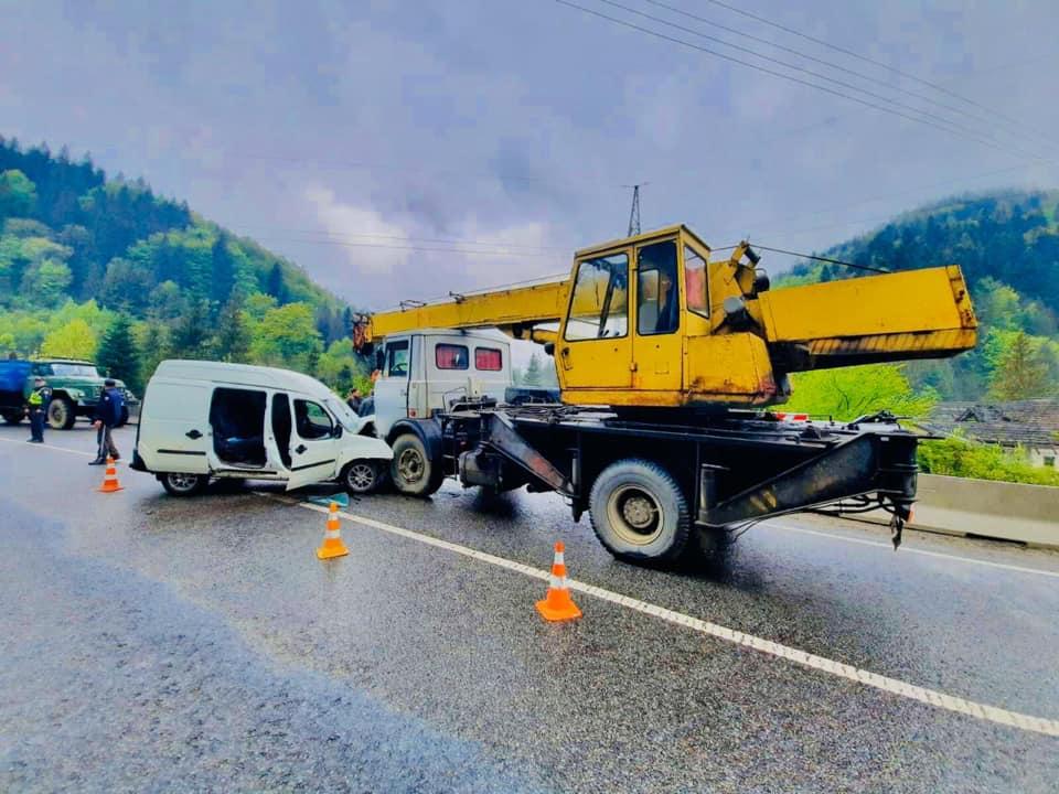 У Микуличині Фіат не розминувся з автокраном – троє людей отримали травми (ФОТО)
