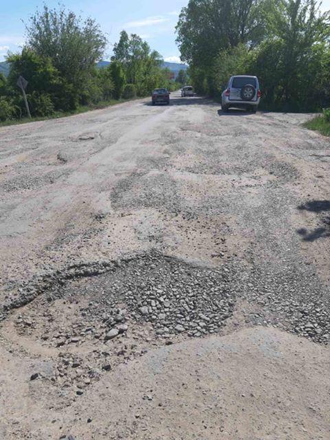 """Люди хочуть блокувати розбиту дорогу """"Надвірна-Бистриця"""": в ОДА кажуть, що її ремонт незабаром стартує"""