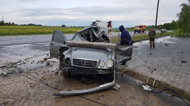 На Коломийщині Mercedes зіткнувся з Iveco та електроопорою: водій отримав травми (ФОТО)