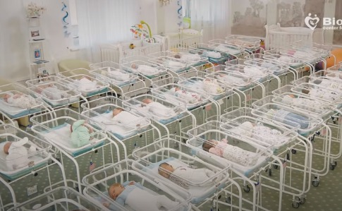 Майже пів сотні немовлят, народжених для іноземців, перебувають у готелі Києва (ВІДЕО)