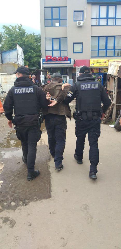 У Франківську затримали п'яного чоловіка, який побив літню жінку