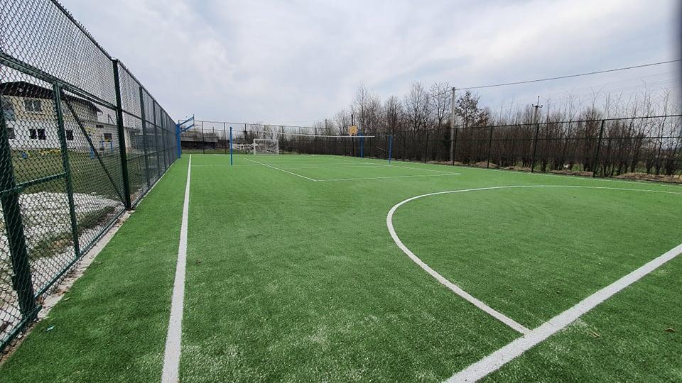 У селі на Надвірнянщині за понад мільйон гривень облаштували сучасний спортмайданчик