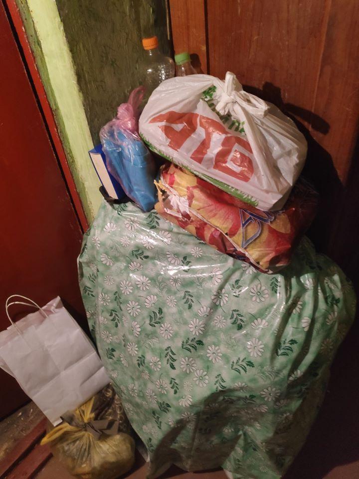 Сміття до стелі: на 80-річну франківку склали припис, бо влаштувала у квартирі смітник (ФОТО)