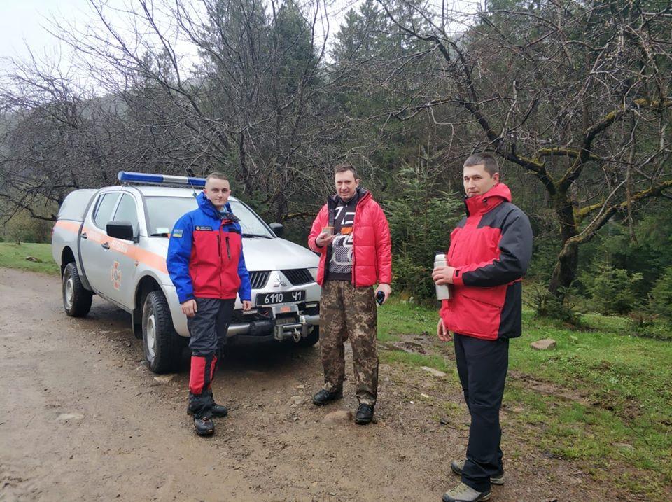 Прикарпатські рятувальники розшукали туриста з Києва, який відбився від групи і переночував у горах (ФОТОФАКТ)