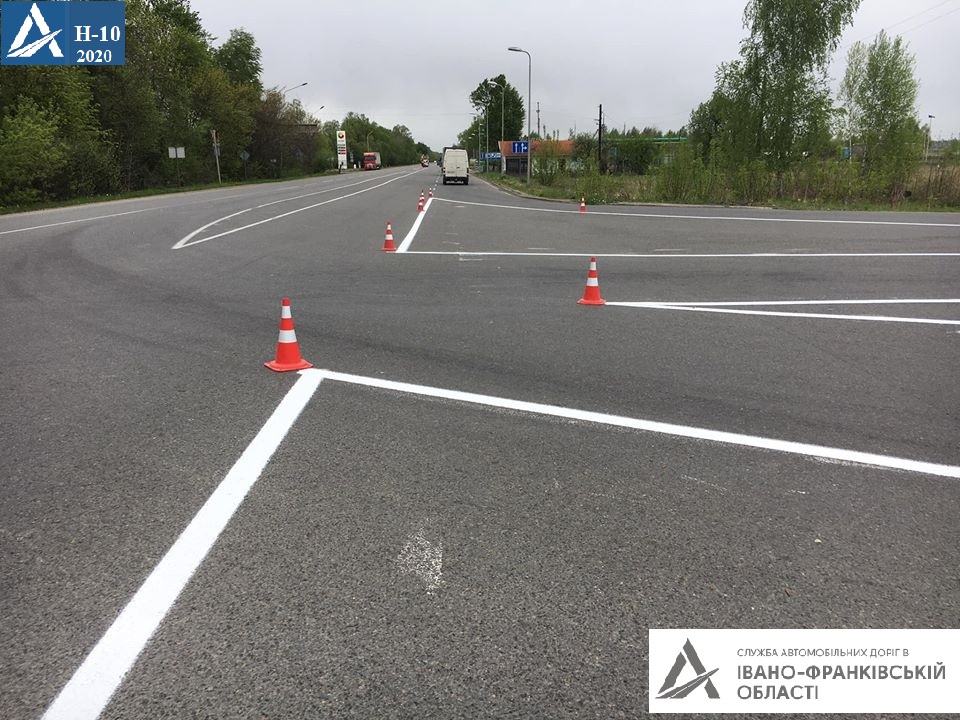 На дорогах держзначення Прикарпаття відновлюють розмітку (ФОТО)