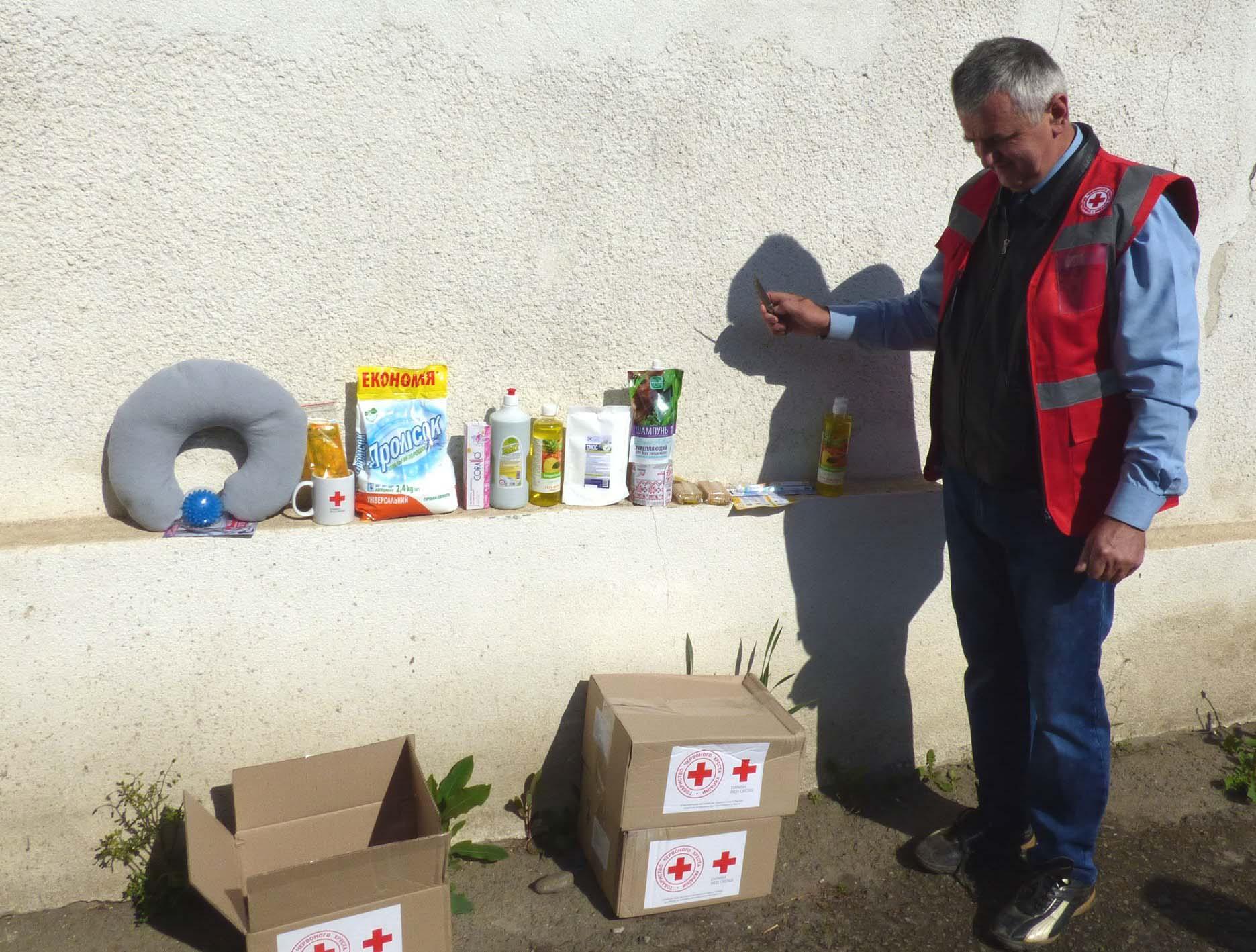 """270 гігієнічних наборів передав """"Червоний Хрест"""" для соціально незахищених тлумаччан (ФОТО)"""
