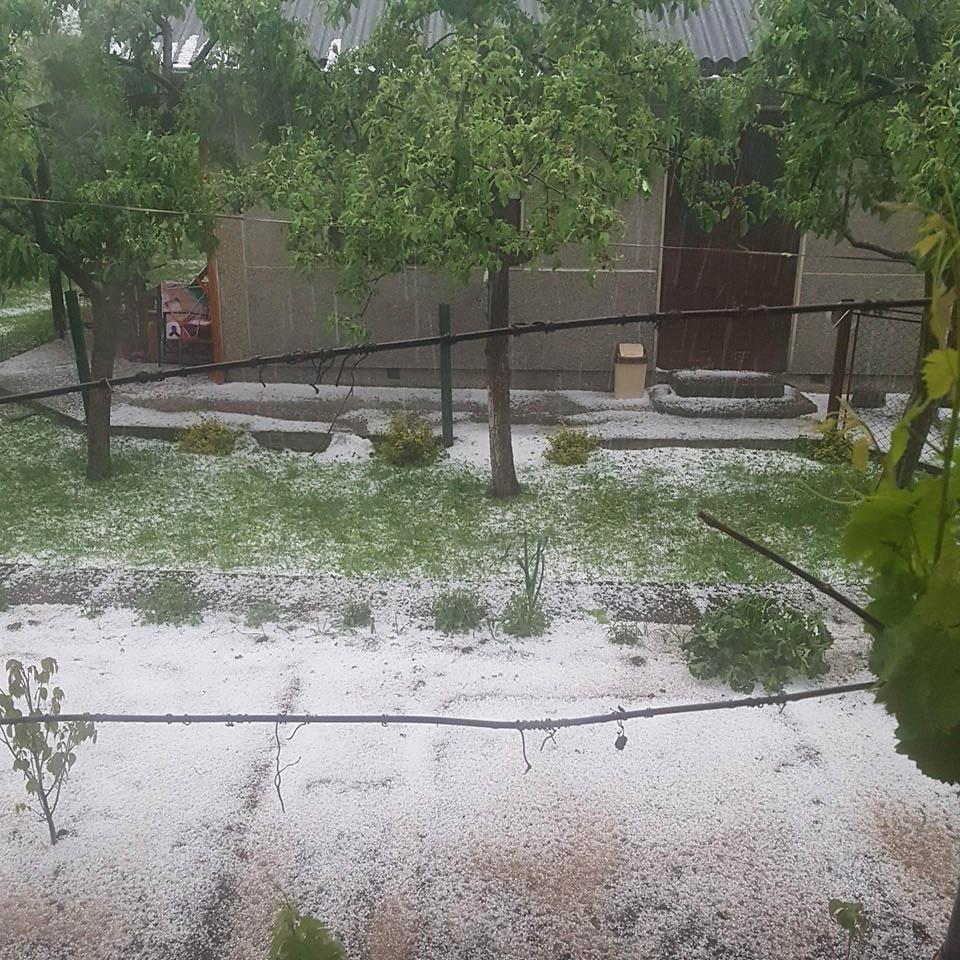 Негода на Прикарпатті: Коломию засипало градом (ФОТО, ВІДЕО)