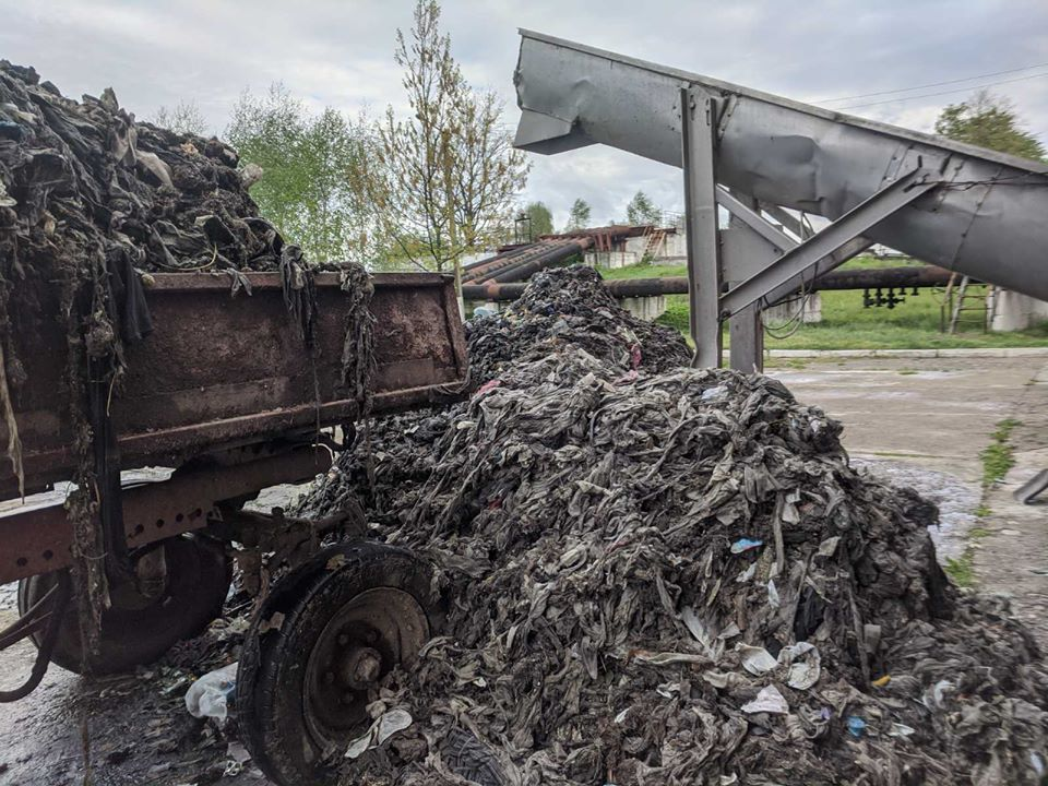 Комунальники показали гори побутового сміття, яке франківці викидають у каналізацію (ГИДКІ ФОТО)