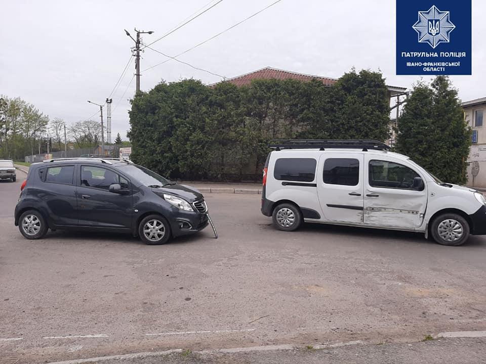 Скоїла ДТП: п'яна водійка пропонувала франківським патрульним 100 євро хабаря (ФОТО)
