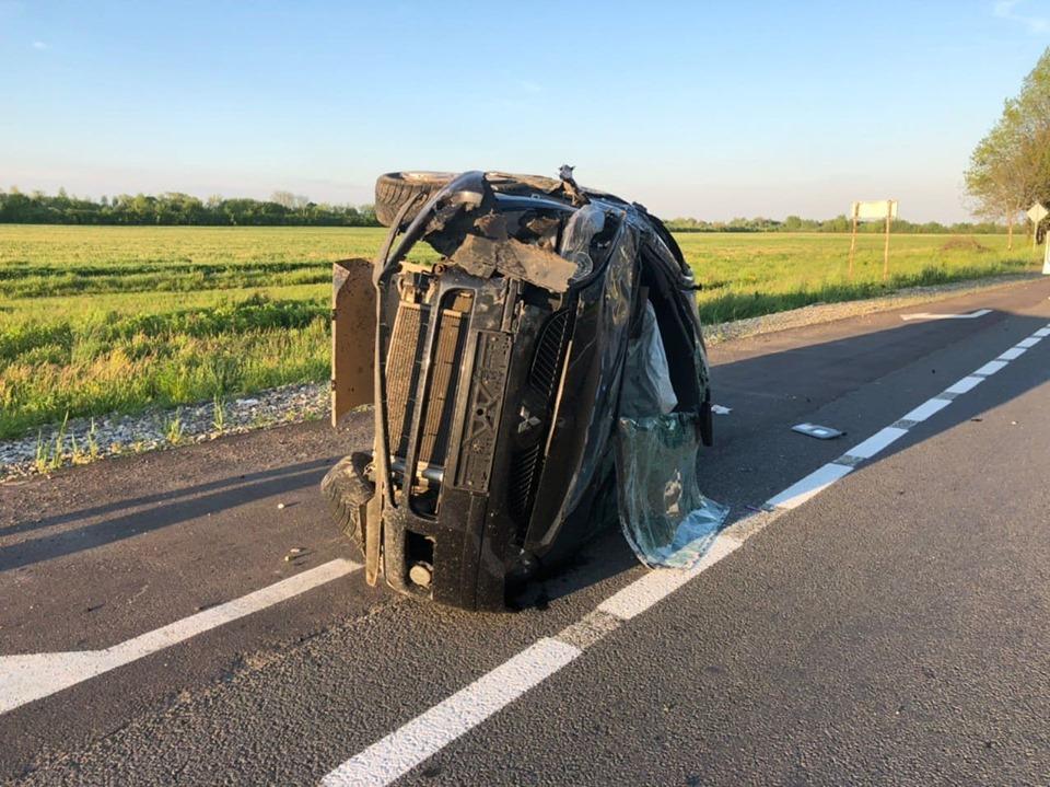 Під Коломиєю Міцубісі зіткнувся з Фордом: одна з машин перекинулася (ФОТО)
