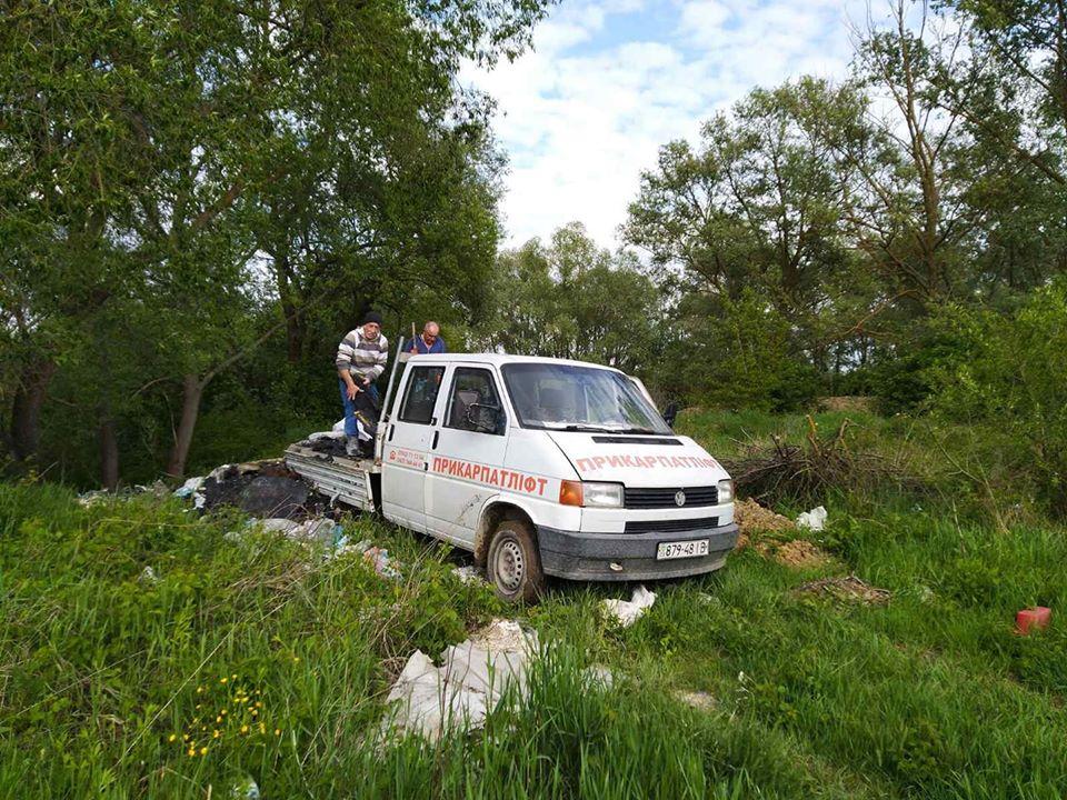 """Машину """"Прикарпатліфта"""" спіймали на забруденні берегів річки: після розголосу сміття прибрали (ВІДЕО)"""