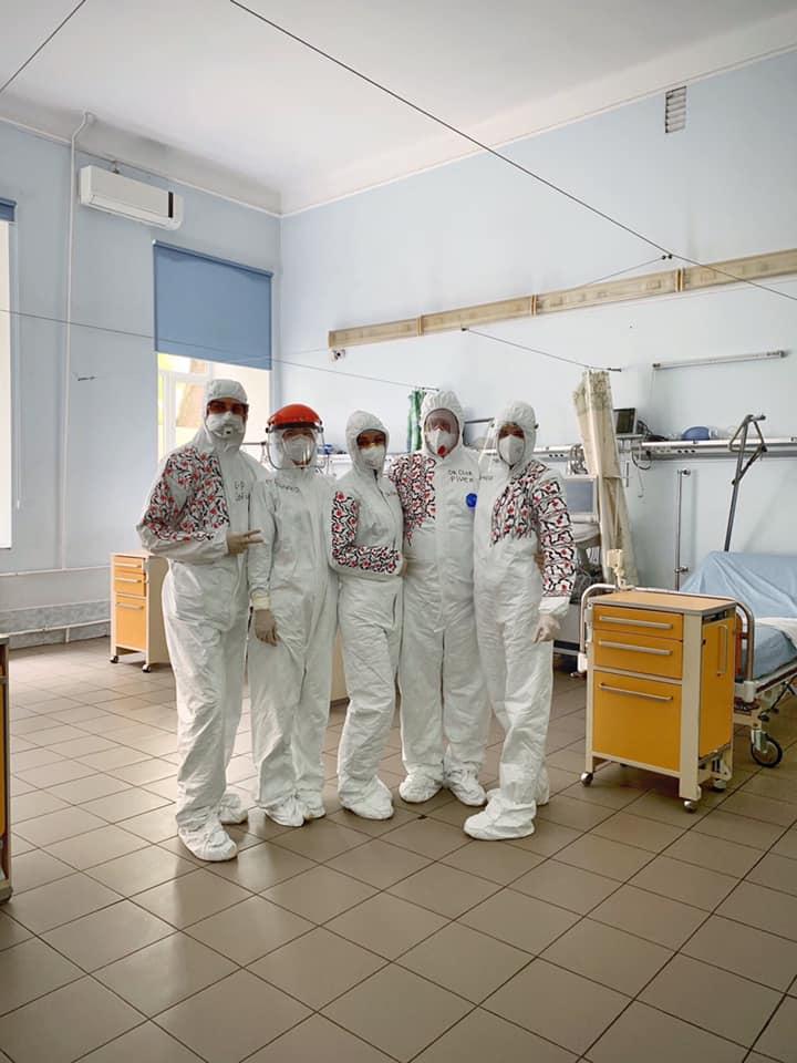 Львівські лікарі за мотивами вишиванки розмалювали захисні костюми (ФОТО)