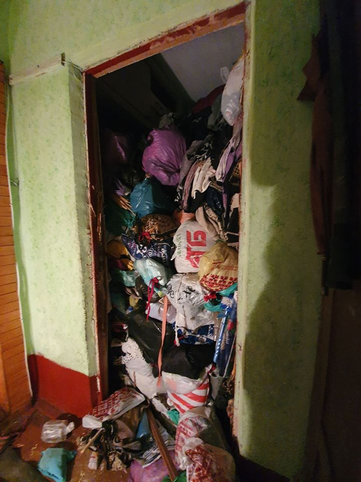 Не могла вийти з квартири через сміття: у Франківську жінка назбирала непотребу до стелі (ФОТО)