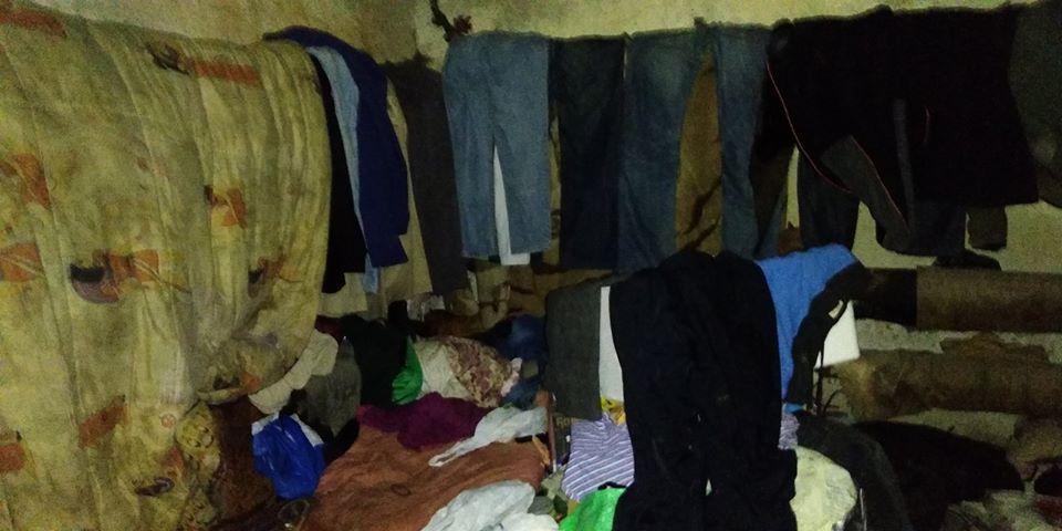 У будинку на Мазепи натрапили на притон безхатьків. Комунальники вивезли тонни сміття (ФОТО)