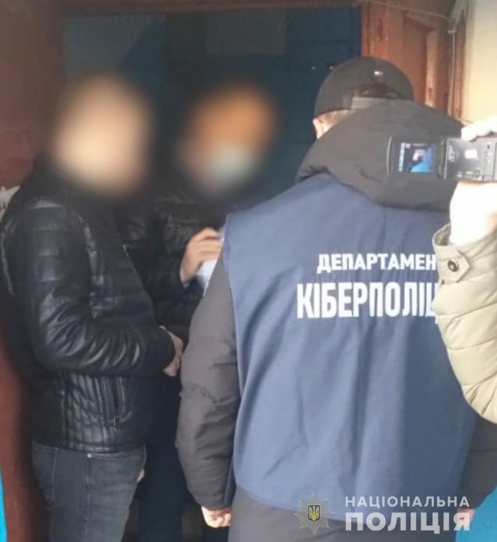 """Прикарпатська кіберполіція виявила """"чорного"""" реєстратора, котрий переписував майно людей на інших власників"""