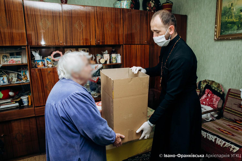 Франківська Архієпархія УГКЦ передає потребуючим продуктові набори (ФОТО)